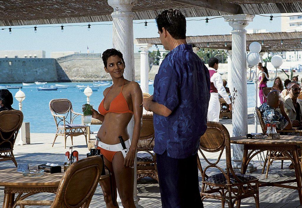 "Giacinta ""Jinx"" Johnson (Halle Berry) y James Bond (Pierce Brosnan) en Die Another Die (2002). Imagen: 007.com"