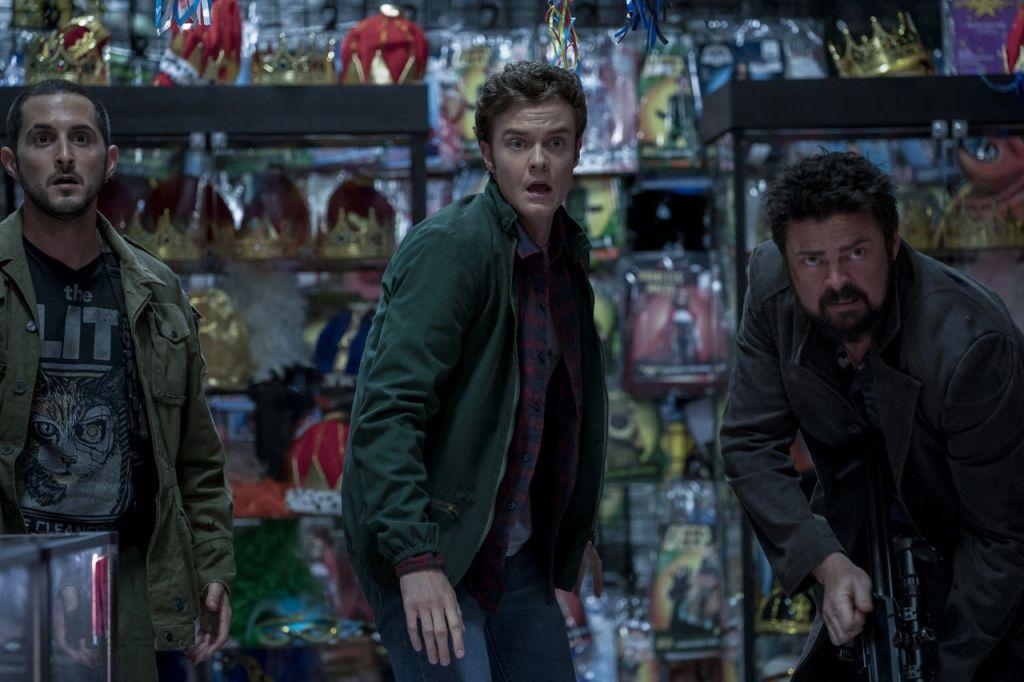 Frenchie (Tomer Capon), Hughie Campbell (Jack Quaid) y Billy Butcher (Karl Urban) en un episodio de la temporada 2 de The Boys. Imagen: SpoilerTV