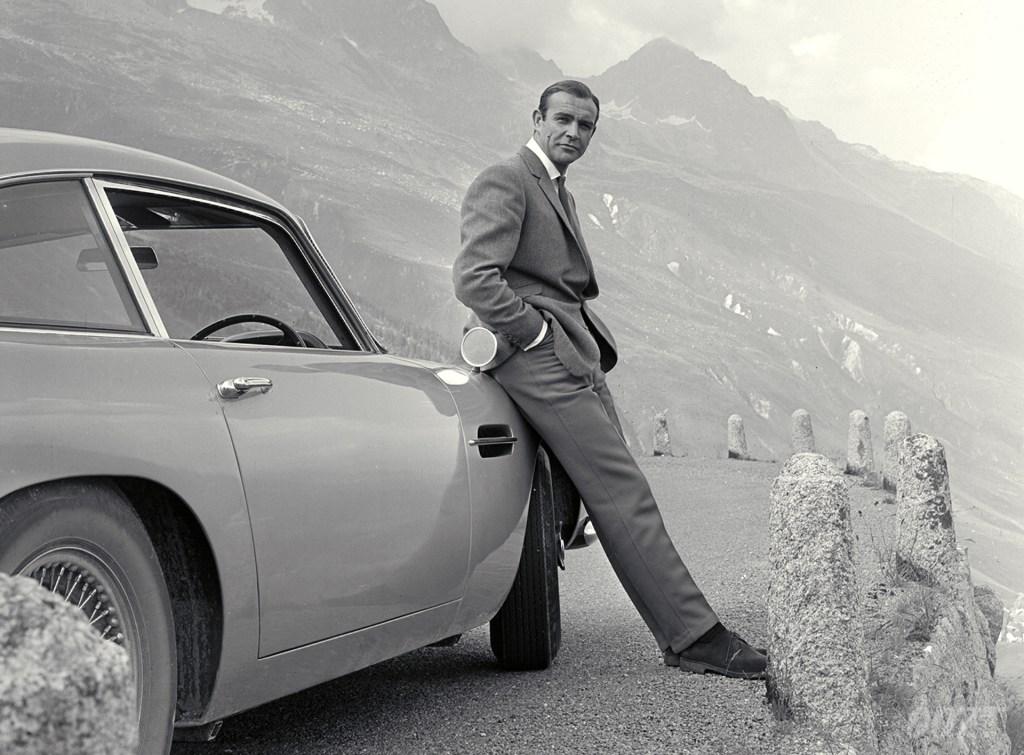 Sean Connery (1930-2020) como James Bond y el icónico Aston Martin DB5. Imagen: 007.com