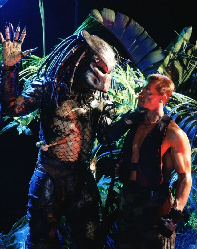"""Kevin Peter Hall (1955-1991) como el Depredador y Arnold Schwarzenegger como el Mayor Alan """"Dutch"""" Schafer en Predator (1987). Imagen: listal.com"""