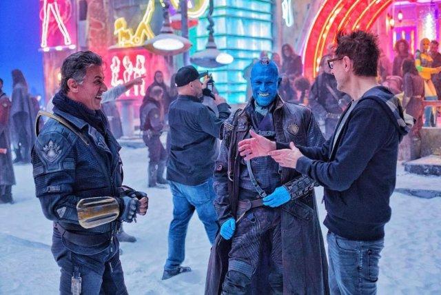 Sylvester Stallone como Stakar Ogord/Starhawk, Michael Rooker como Yondu Udonta y el director James Gunn en el set de Guardians of the Galaxy Vol. 2 (2017). Imagen: MCU Direct Twitter (@MCU_Direct).