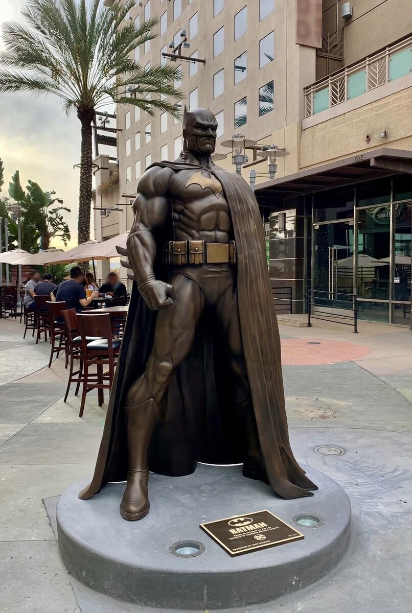 La estatua de Batman en Burbank, California. Imagen: dccomics.com