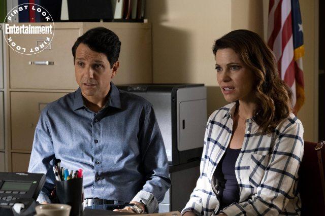 Daniel LaRusso (Ralph Macchio) y Amanda LaRusso (Courtney Henggeler) en el episodio 306 de Cobra Kai. Imagen: Curtis Bond Baker/Netflix/Entertainment Weekly