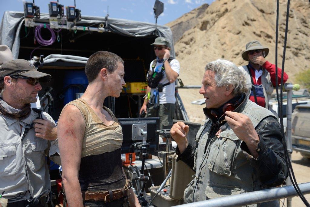 Charlize Theron como Imperator Furiosa y el director George Miller en el set de Mad Max: Fury Road (2015). Imagen: Warner Bros. Pictures