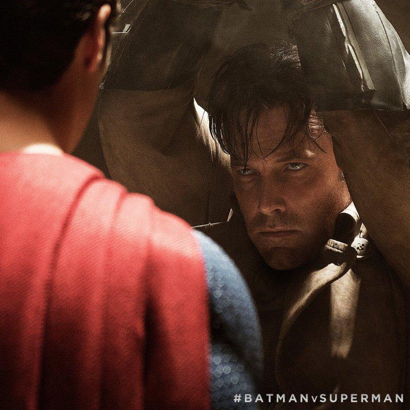 """Superman (Henry Cavill) y Batman (Ben Affleck) en la """"Knightmare"""" de Batman v Superman: Dawn of Justice (2016). Imagen: pinterest.com"""