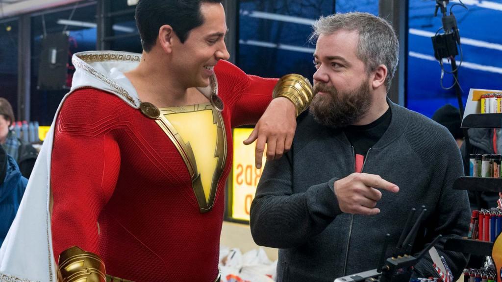 Zachary Levi como Shazam y el director David F. Sandberg en el set de Shazam! (2019). Imagen: dccomics.com