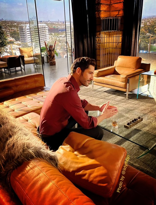 Tom Ellis como Lucifer Morningstar en el set de Lucifer. Imagen: Ildy Modrovich Twitter (@Ildymojo).