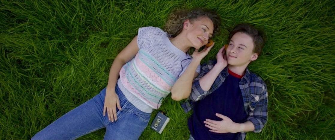 Meredith Quill (Laura Haddock) y Peter Quill (Wyatt Oleff) escuchando música en Guardians of the Galaxy Vol. 2 (2017). Imagen: listal.com