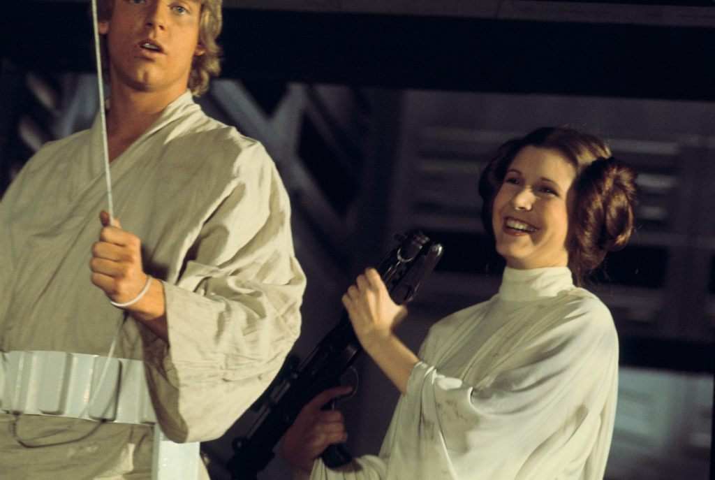 Mark Hamill como Luke Skywalker y Carrie Fisher (1956-2016) como la Princesa Leia Organa en el set de Star Wars: Episode IV - A New Hope (1977). Imagen: StarWars.com