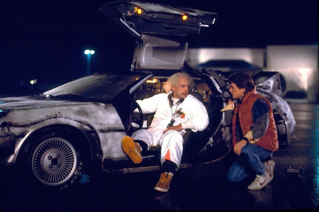 Marty McFly (Michael J. Fox), el Dr. Emmett Brown (Christopher Lloyd) y la máquina del tiempo construida con un DeLorean DMC-12 en Back to the Future (1985). Imagen: listal.com