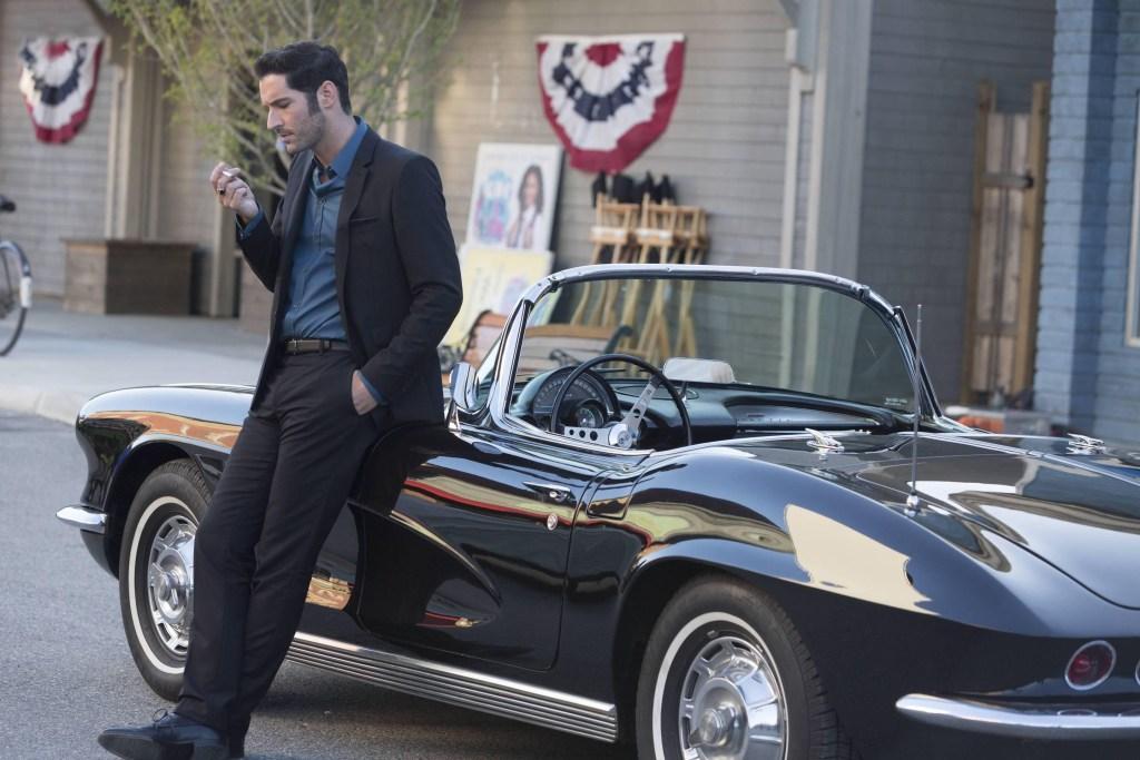 Lucifer Morningstar (Tom Ellis) y su Chevrolet Corvette 1962 en Lucifer. Imagen: Warner Bros. Entertainment
