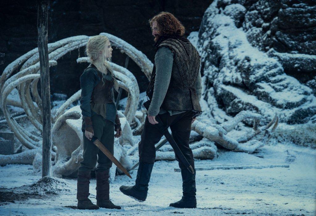 Ciri de Cintra (Freya Allan) y Lambert (Paul Bullion) en la temporada 2 de The Witcher. Imagen: Netflix Geeked Twitter (@NetflixGeeked).