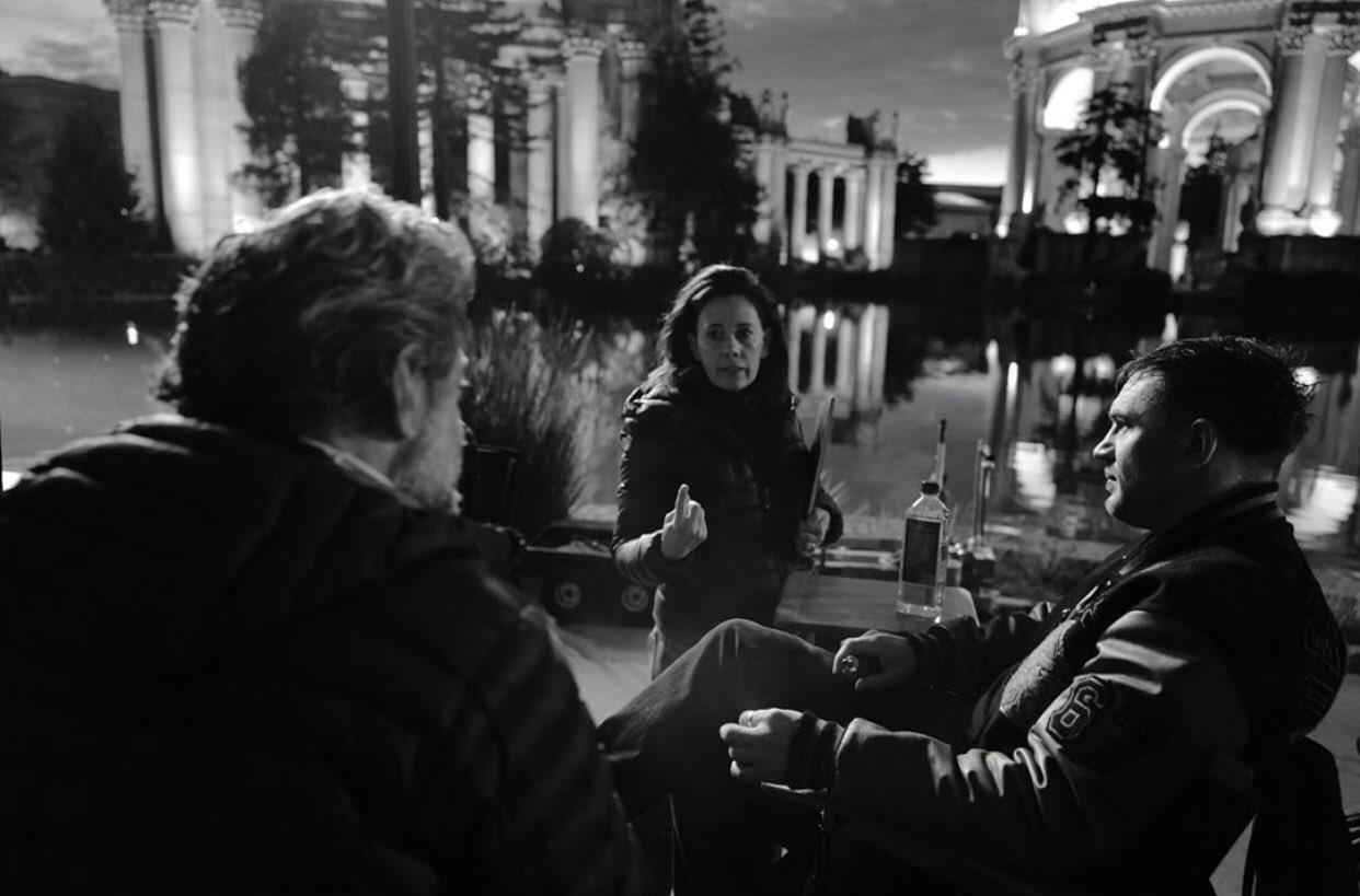 El director Andy Serkis, la productora Kelly Marcel y Tom Hardy como Eddie Brock en el set de Venom: Let There Be Carnage (2021). Imagen: Greg Williams