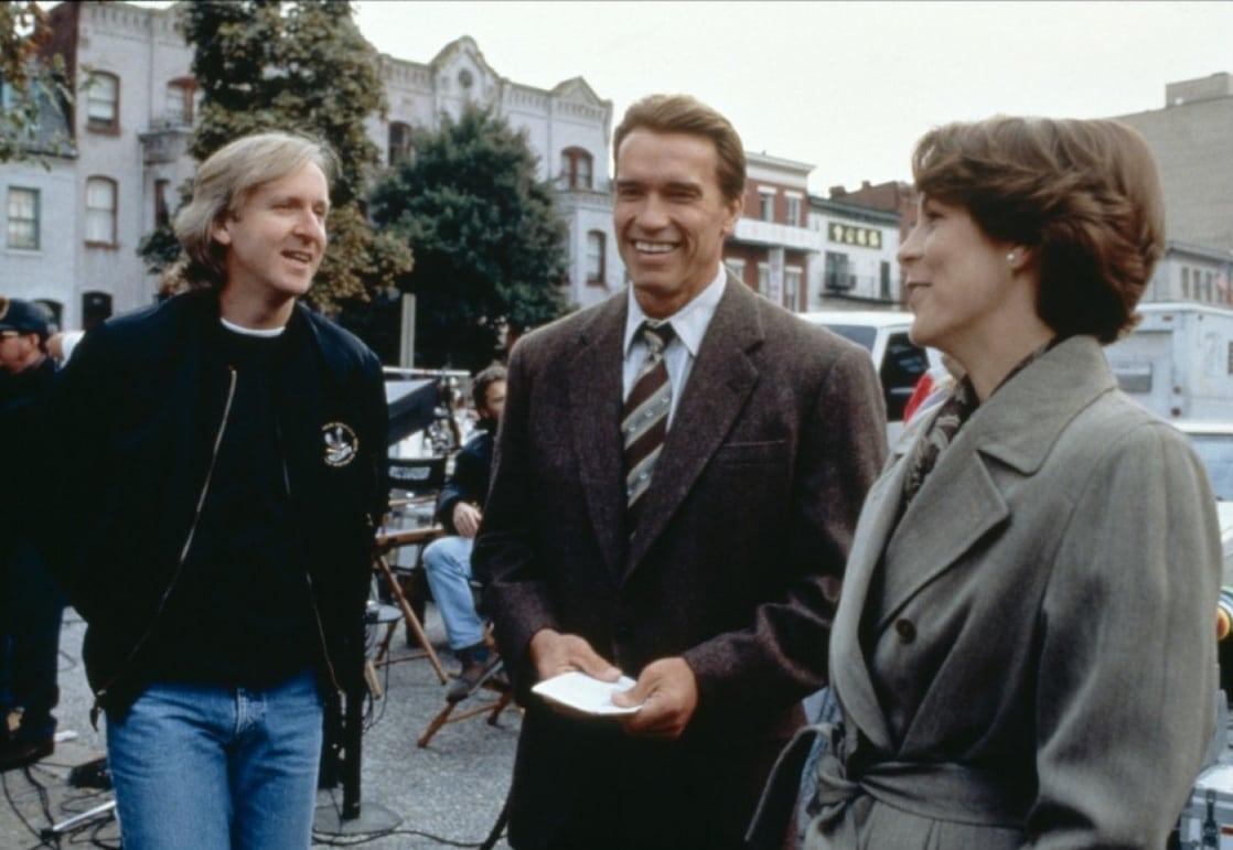 El director James Cameron, Arnold Schwarzenegger como Harry Tasker/Harry Rehnquist y Jamie Lee Curtis como Helen Tasker en el set de True Lies (1994). Imagen: listal.com
