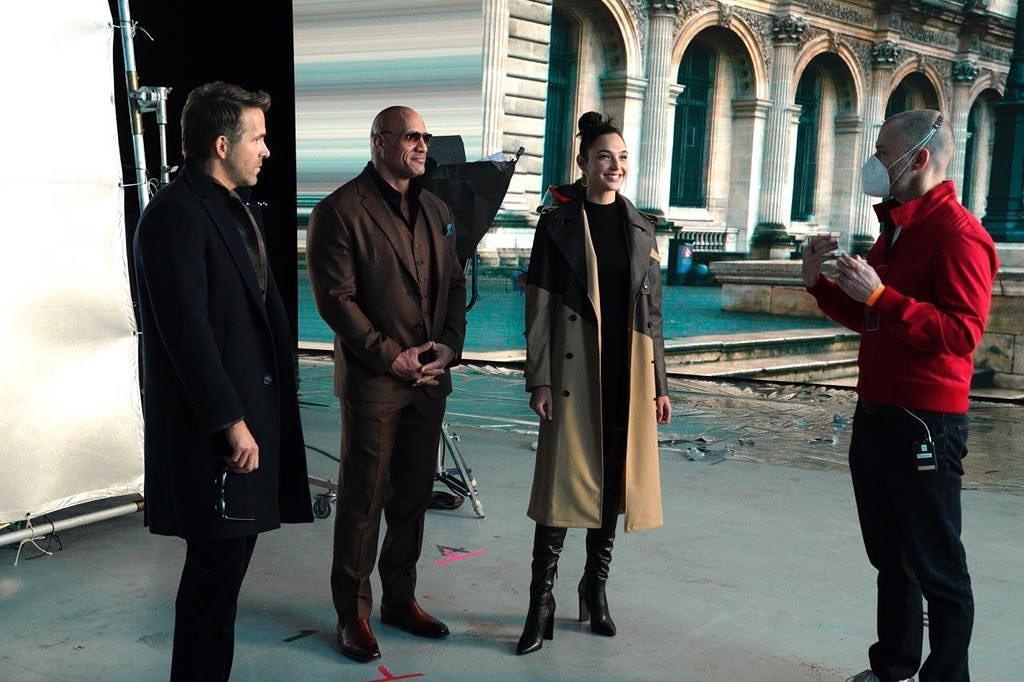 Ryan Reynolds como Nolan Booth, Dwayne Johnson como John Hartley, Gal Gadot como Sarah Black y el director/guionista Rawson Marshall Thurber en el set de Red Notice (2021). Imagen: Gal Gadot Instagram (@gal_gadot).