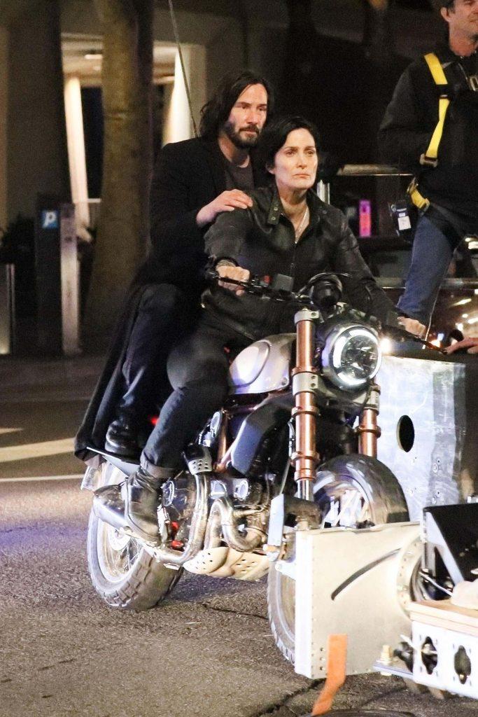 Keanu Reeves como Neo y Carrie-Anne Moss como Trinity en el set de The Matrix Resurrections (2021). Imagen: BackGrid