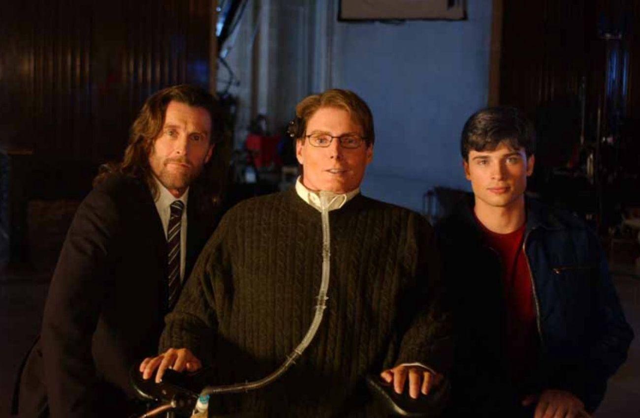 John Glover como Lionel Luthor, Christopher Reeve (1952-2004) como el Dr. Virgil Swann y Tom Welling como Kal-El/Clark Kent en el set del episodio Legacy (2004) de Smallville (2001-2011). Imagen: pinterest.com