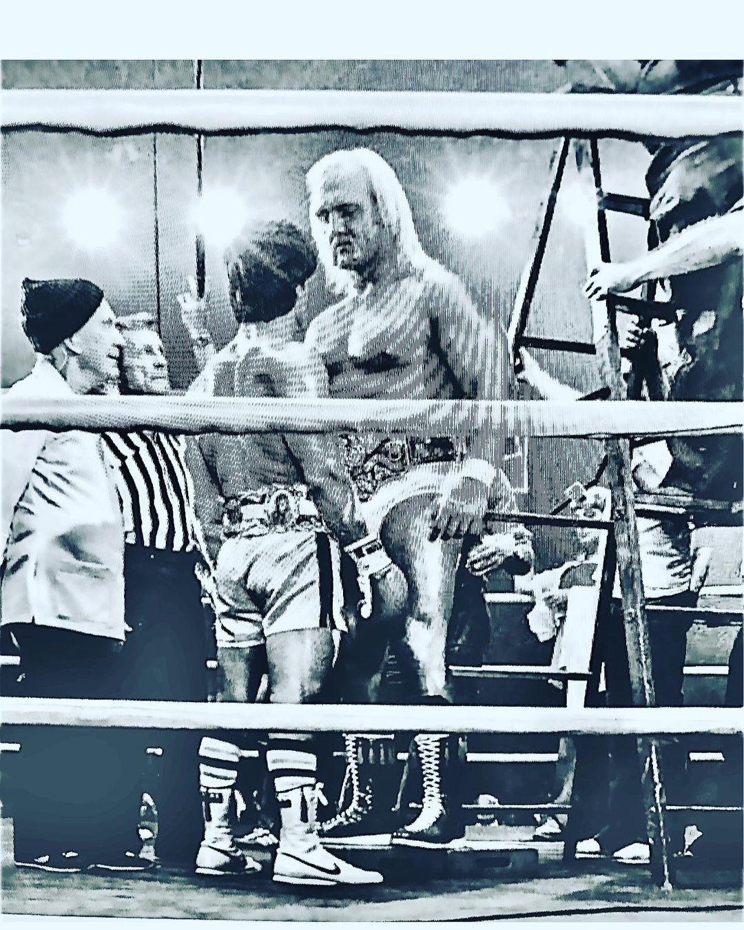 Burguess Meredith (1907-1997) como Mickey Goldmill, Sylvester Stallone como Rocky Balboa y Hulk Hogan como Thunderlips en el set de Rocky III (1982). Imagen: Sylvester Stallone Instagram (@officialslystallone).
