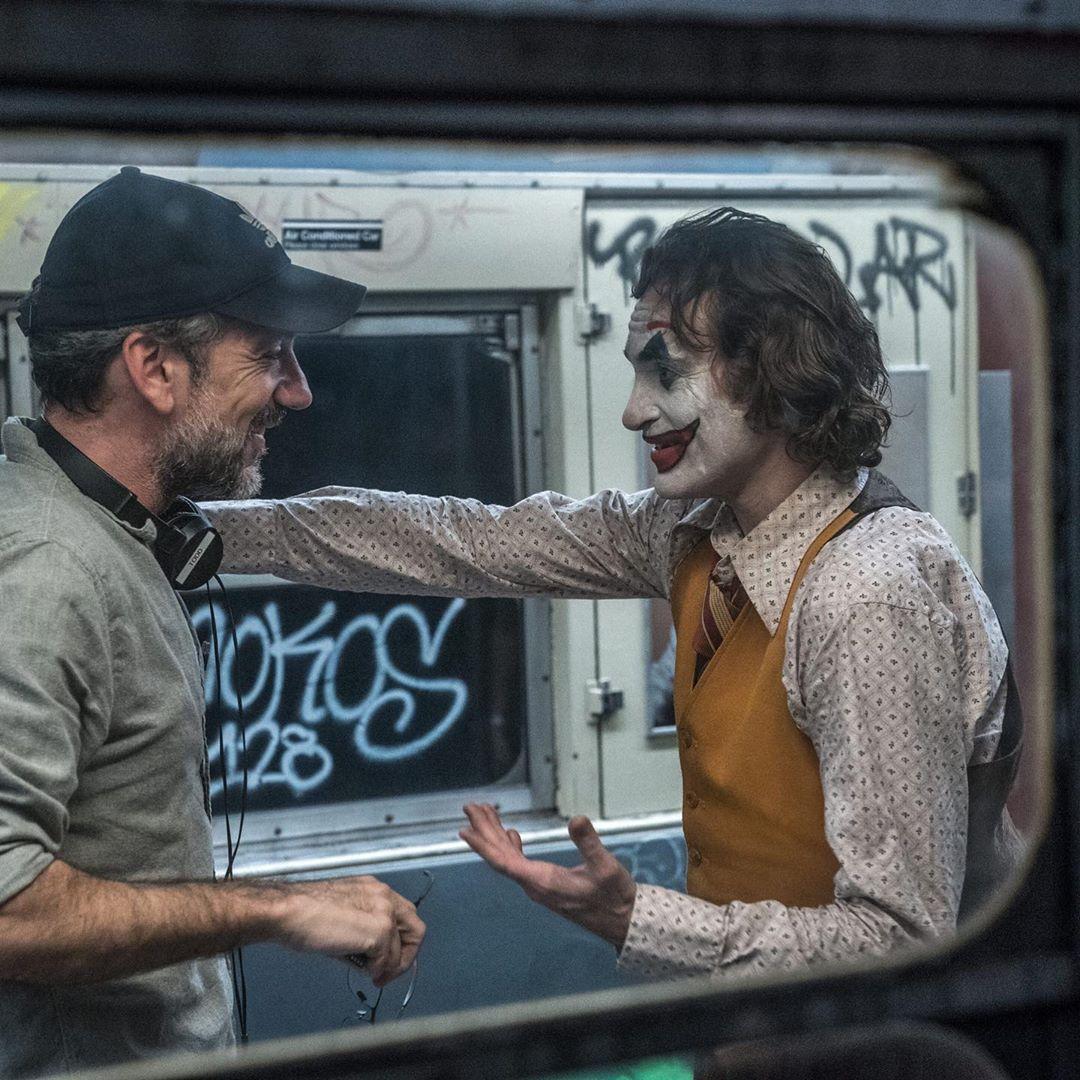 El co-guionista/co-productor/director Todd Phillips y Joaquín Phoenix como Arthur Fleck/Joker en el set de Joker (2019). Imagen: fanpop.com
