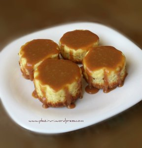 Mini cheesecake cu sos caramel