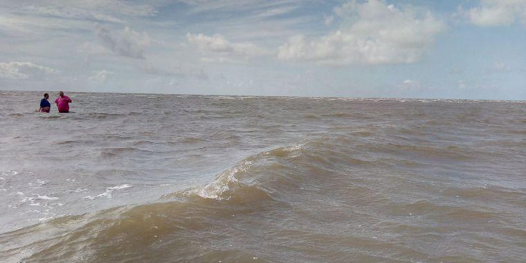 Zwei Menschen im Meer