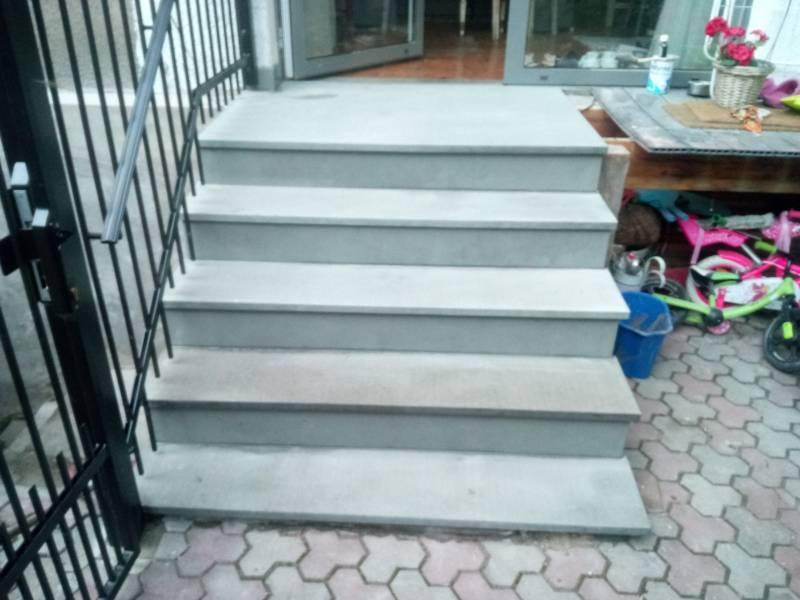 schody z jasnego szarego piaskowca