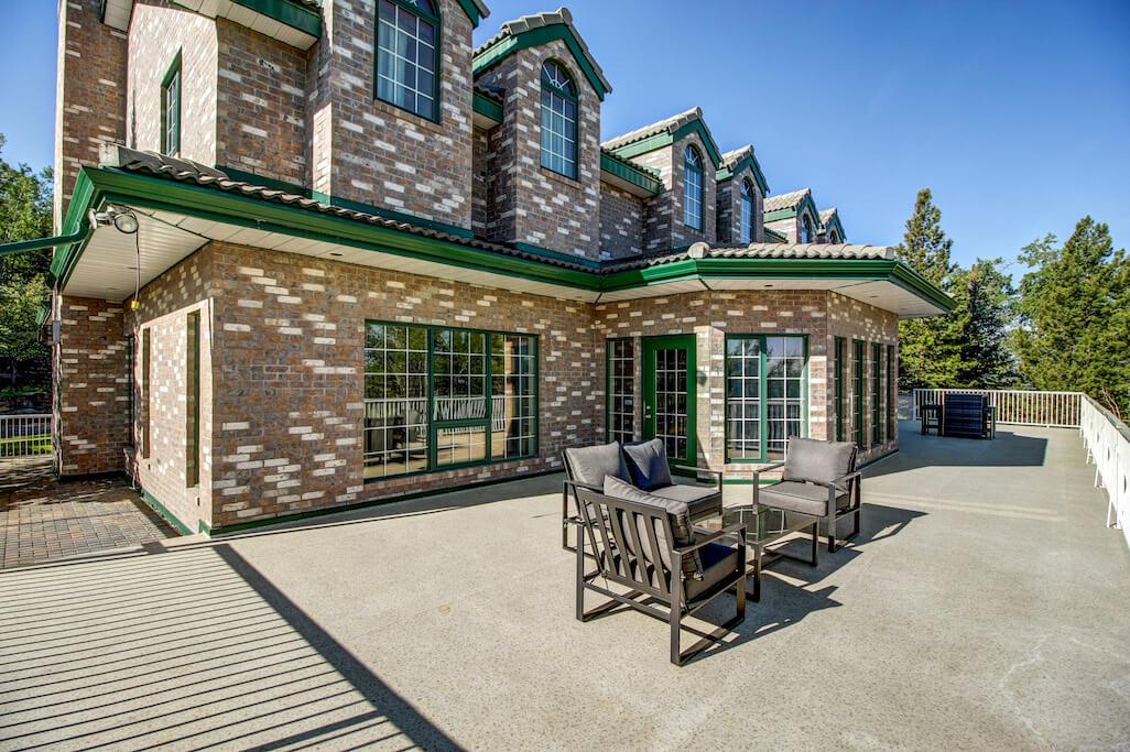 Wrap-around-deck-luxury-real-estate-calgary-plintz-sothebys