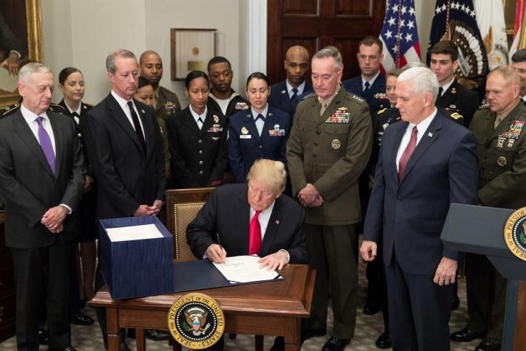 Donald Trump nënshkrun buxhetin e mbrojtjes (dhjetor 2017)