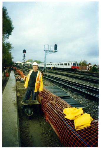 Ilir Seci në punë, në hekurudhën britanike (fundvitet 90)