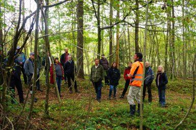 Xavier de Maupeou, enhetschef på fastighetskontorets fastighetsavdelning Göteborg stad berättar om hyggesfritt skogsbruk på kurs i Plockhuggets regi