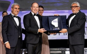 Monaco Solar and Energy Boat Race head receiving UIM Award from Prince Albert