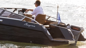 Magonis Wave e-550 cruising along in Venice with Torqeedo Cruise 10 electric motor