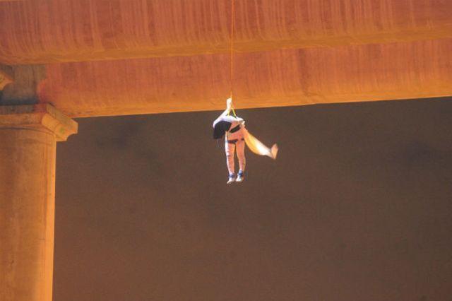 El cadáver colgando que se encontró en el puente de La Concordia