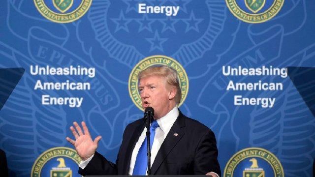 Trump prometiendo un oleoducto que pasará por debajo del muro fronterizo