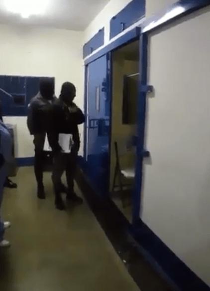 """Duarte dice """"saquen la cámara"""" al salir de celda"""