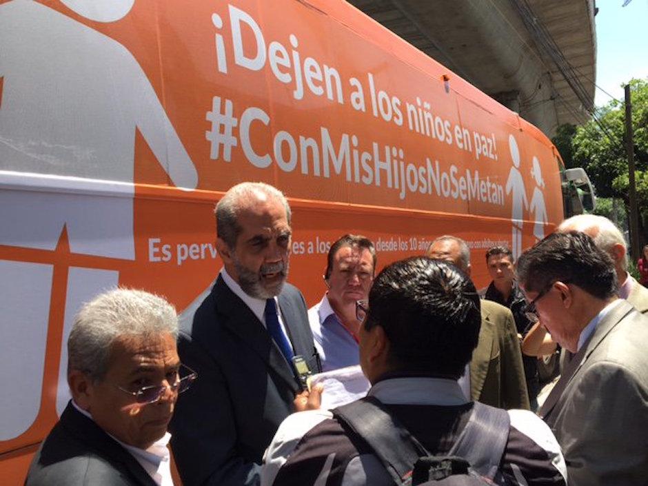 Juan Dabdoub, presindete de ConFamilia, calló a una manifestante en Guadalajara.