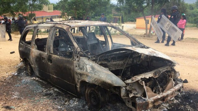Carros incendiados en Zaachila tras enfrentamiento