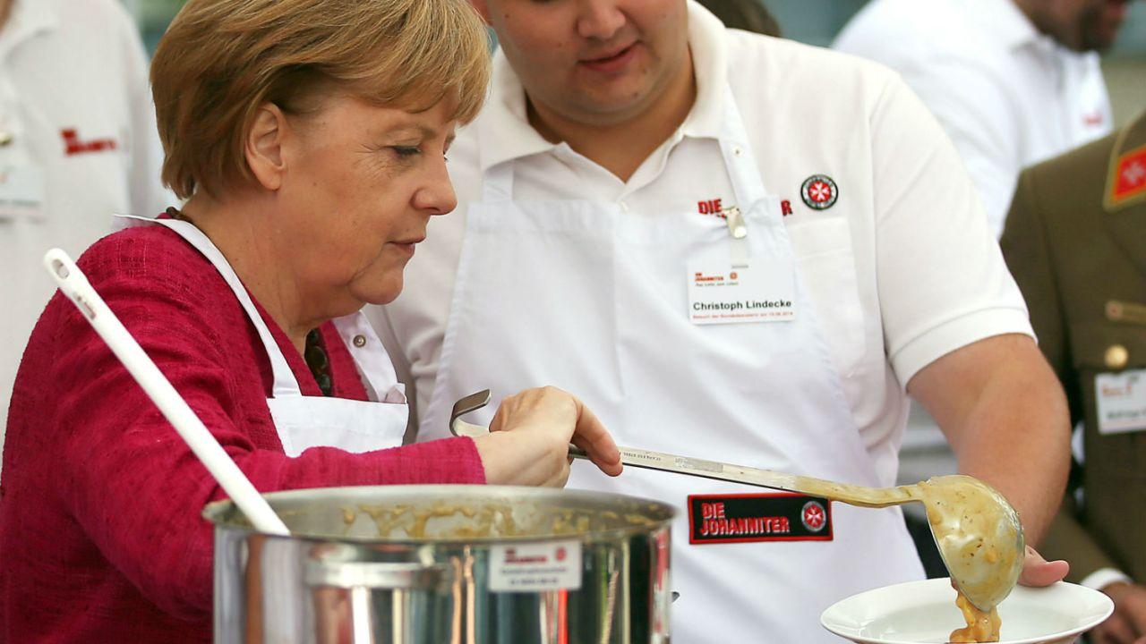 ¿Por qué Merkel comparte sopa de papa? ¿Ganará elección en Alemania?