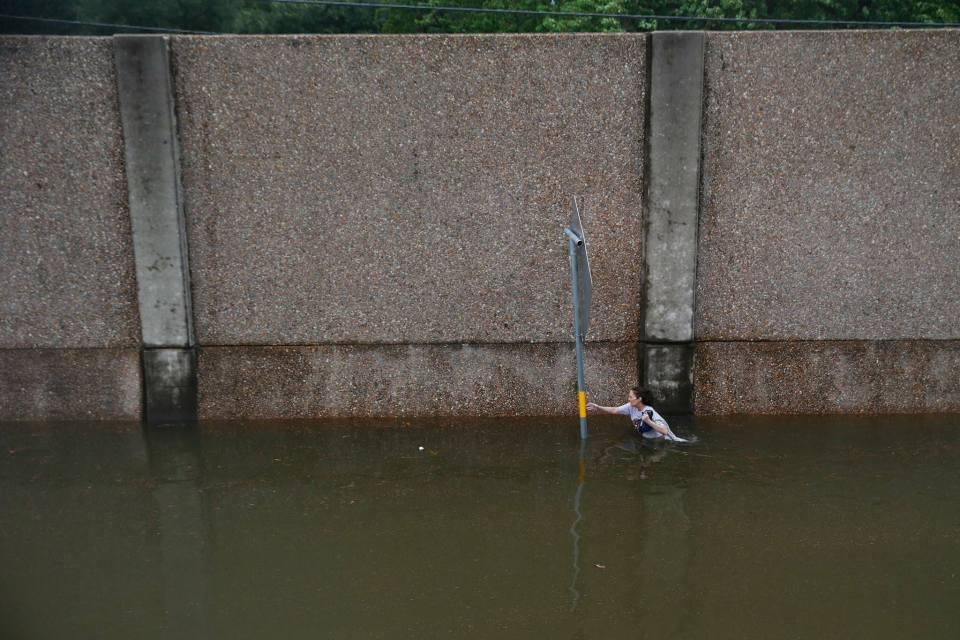 Inundaciones por Harvey en todo Texas dejan muertos