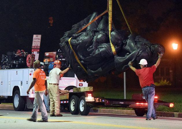 Retiran estatuas confederadas en la noche en Baltimore