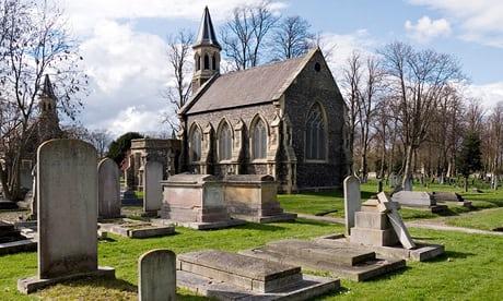 Hombre es arrestado por fingir ser fantasma en cementerio inglés