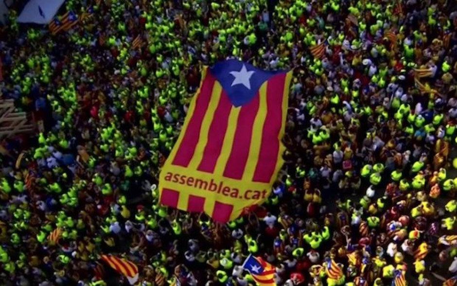 Cataluña estudiantes toman colegios electorales para proteger referendo independentista