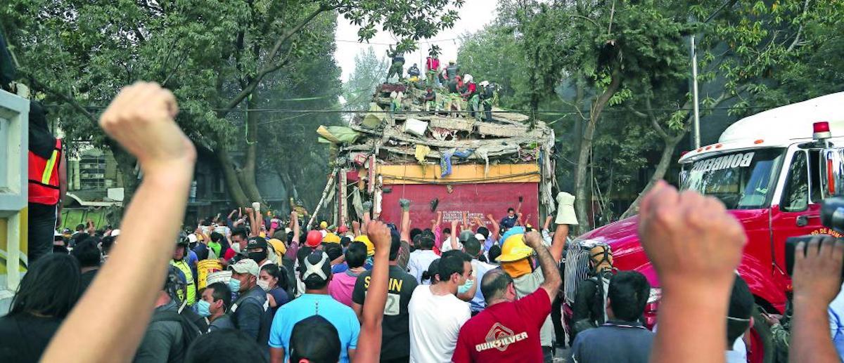 sismo puños, puños, rescatistas, voluntarios, temblor, colapso, taxqueña