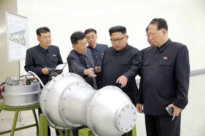 Kim Jung-un ve un misil en forma de cacahuate