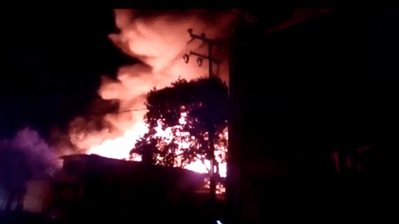 En la mañana una fábrica de muebles se incendió en Ecatepec