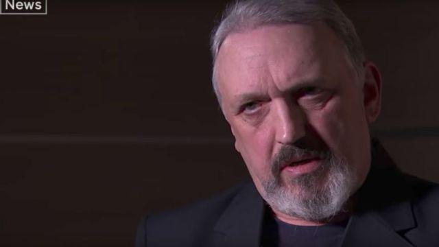 nazi sale del closet: es gay y judío y come galletitas