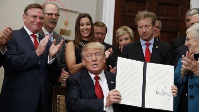 empresario presionado a pedir disculpas por foto con Trump