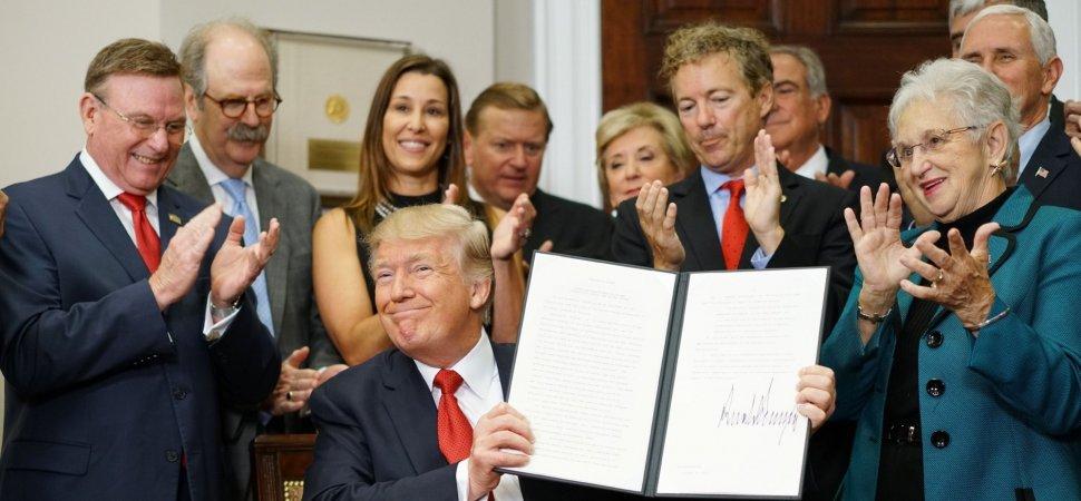 Empresario se disculpa por aparecer en foto con Trump