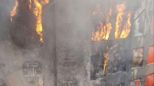 se registra incendio en plaza satelite en Naucalpan