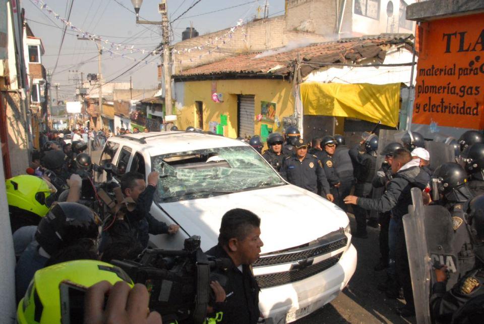 Camioneta donde quedaron encerrados presuntos delincuentes